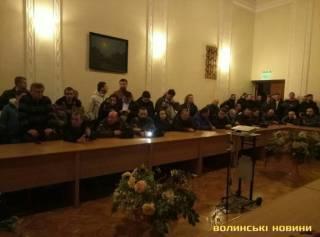 В Украине массово штурмуют здания облгосадминистраций. Кое-где даже жгли шины