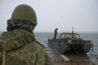 Россия решила «поиграть мускулами» в Крыму. На уши подняты 2,5 тыс. десантников и 600 единиц боевой техники