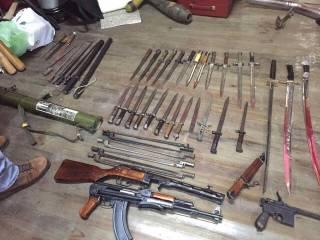 На Сумщине у полковника полиции при обыске изъяли целый арсенал оружия, золотые слитки и российский флаг