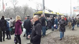 В Киеве толпа пассажиров в час пик выдавила стекло в дверях троллейбуса