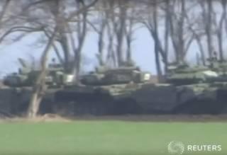 Reuters показало эшелон с российскими танками за 100 км от Мариуполя