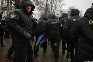 В центре Минска началось противостояние правоохранителей и «рассерженных белорусов». ОМОН сметает все на своем пути, даже бабушек
