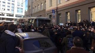 На вчерашнем митинге в Москве пострадал полицейский. По одной версии он погиб, по другой - госпитализирован