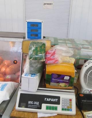 Россия продолжает уничтожать продукты. На этот раз в оккупированном Крыму сожгли деликатесы из Украины и ЕС