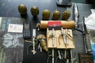 В столичном метро у мужчины в сумке нашли целый арсенал оружия. Он утверждает, что боеприпасы нашел в поезде