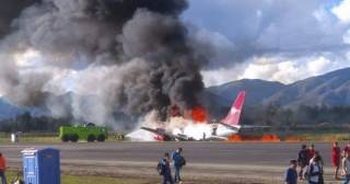 В аэропорту Перу при посадке загорелся самолет