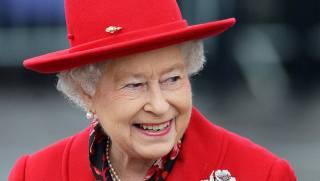 Елизавета II ищет человека, который будет взбивать ее подушки