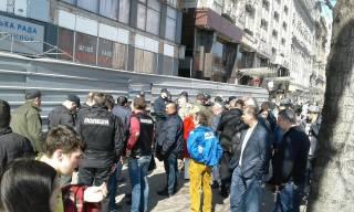 В Киеве, что-то непонятное происходит возле Дома профсоюзов, который захватили люди в камуфляже