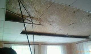 В детсаду под Полтавой на детей рухнул потолок, а во львовском магазине ребенка придавило стеллажом