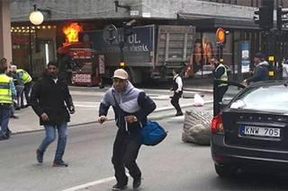 В Стокгольме грузовик врезался в толпу гуляющих людей. Есть жертвы