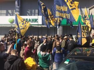 В Киеве активисты заблокировали работу центрального отделения «Сбербанка». В Харькове и вовсе замуровали вход