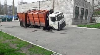 В суровом Николаеве мусоровоз увяз колесами в асфальте. Говорят, всему виной лангольеры