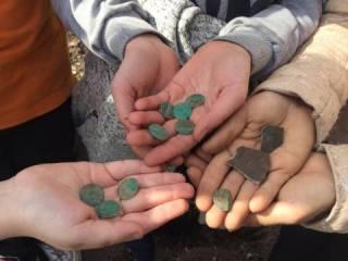 Черниговские школьники случайно нашли крупнейший клад монет в истории города. Но вознаграждения им за это не видать