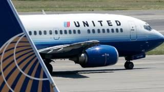 Пока гендиректор United Airlines извинялся за скандал со снятыми с самолета пассажирами, его компания потеряла $800 млн