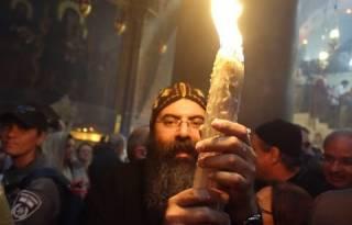 В храме Гроба Господня в Иерусалиме сошел Благодатный огонь. Скоро его привезут в Киев
