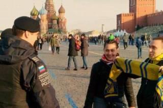 Московская полиция переполошилась из-за болельщиков с шарфом, похожим на украинский флаг