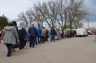 В поминальное воскресенье в суровом Николаеве очереди на кладбище и обратно растянулись на несколько километров