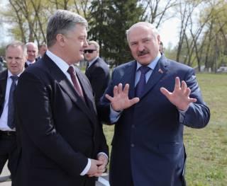 Лукашенко заверил Порошенко, что Белоруссия никогда не будет воевать против Украины