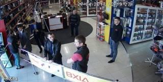 В Киеве непонятные люди проникли в два известных магазина: никого не впускают и не выпускают