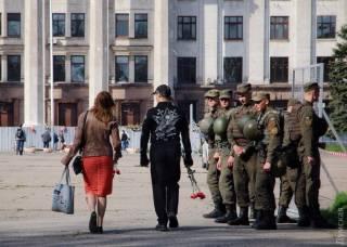 Одесская полиция открыла всем желающим доступ на Куликово поле. Через металлоискатели и под присмотром снайперов