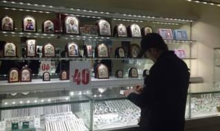 В Киеве двое неизвестных с пистолетом и гранатой ограбили ювелирный магазин