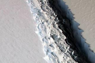В ледниках Антарктиды зафиксирована новая трещина, способная привести к появлению гигантского айсберга