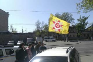 В Одессе задержали мужчину, нацепившего на автомобиль флаг с советской звездой. Ему грозит до пяти лет с конфискацией