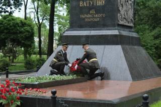Офицеры Сухопутных войск ВСУ возложили цветы к памятнику советского генерала, убитого воинами УПА