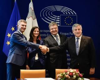 #Темадня: Соцсети и эксперты отреагировали на подписание Евросоюзом закона о предоставлении украинцам безвиза