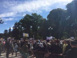 У здания Верховной Рады в молитвенном стоянии протестуют тысячи православных верующих