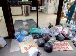 В отместку за закрытие «ВКонтакте» львовяне забросали мусором магазин «Рошен»