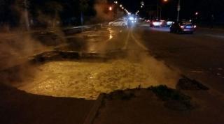 В Киеве опять провалился асфальт. Проспект Героев Сталинграда уходит под воду (обновлено)