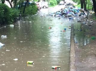 Во Львове ливень вынес на улицы горы мусора. Говорят, будет еще страшнее