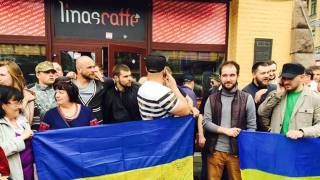 В центре Киева националисты грозились разгромить кафе, в котором клиенту отказали в обслуживании на украинском языке