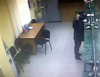 В Киеве неизвестный со стрельбой ограбил банк на... 285 гривен