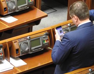 Во время заседания парламента журналисты поймали одного из нардепов на порно-переписке