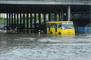 Из-за сильного дождя улицы Киева ушли под воду. Выпускники, как ни в чем не бывало, празднуют последний звонок
