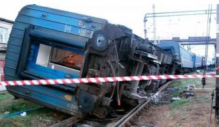 В Хмельницкой области локомотив столкнулся с пассажирским поездом. С рельс сошли вагоны с детьми