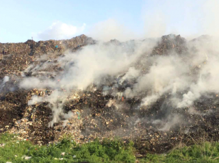 Под Полтавой вторые сутки горит свалка бытовых отходов