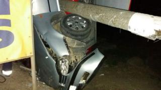 В Николаевской области электроопора упала на автомобиль. У людей не было шансов