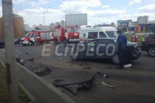 В Киеве грузовик с отказавшими тормозами протаранил сразу три легковушки