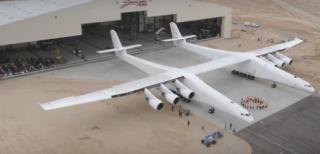 Самый большой самолет в мире впервые покинул ангар
