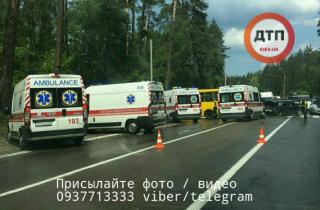 В Киеве маршрутка попала в ДТП. На месте работают 8 бригад «скорой помощи»