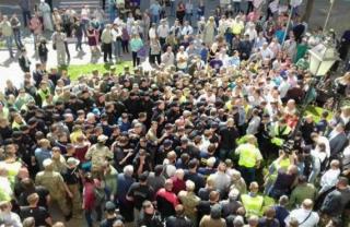 «Свободовцы» устроили потасовку под стенами Тернопольского горсовета. Сессия сорвана