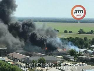 В Броварах горят склады с топливом