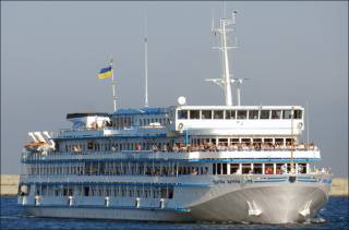 Украинский круизный лайнер, следовавший из Киева в Одессу, внезапно изменил маршрут и направился в Ростов