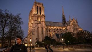 В центре Парижа напали на полицейского. У собора Нотр-Дам проходит спецоперация