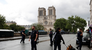 Из-за ночного нападения в Париже туристов заперли в соборе Нотр-Дам