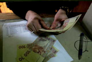 За последние полгода 2/3 украинских семей существенно обеднели