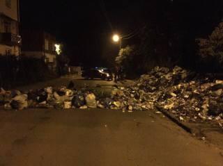Во Львове активисты прямо на улицах строили баррикады из мусора